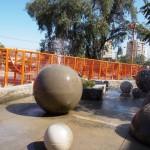 Vista do campo das esferas com o muro-brinquedo ao fundo