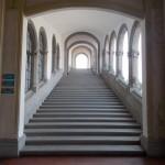 Uma escadaria linda leva ao piso superior. Apesar dela, o prédio é todo acessível.