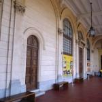 Beleza do corredor entre a bilheteria e a entrada