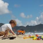 Nunca vi esse menino tão ocupado. E dá-lhe trabalhar na areia.